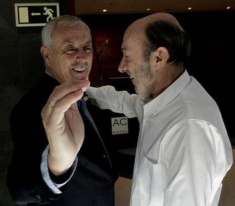 Chacón: «No comparto el calendario de la dirección del PSOE».Pachi Vázquez con Rubalcaba en octubre del 2012.