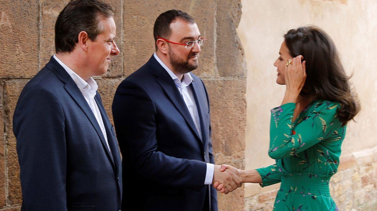 a reina Letizia saluda al nuevo presidente del Principado, Adrián Barbón en presencia del presidente de la Junta General del Principado, Marcelino Lopez, la reina asistió a la lección magistral que el director de orquesta Aarón Zapico imparte en Oviedo