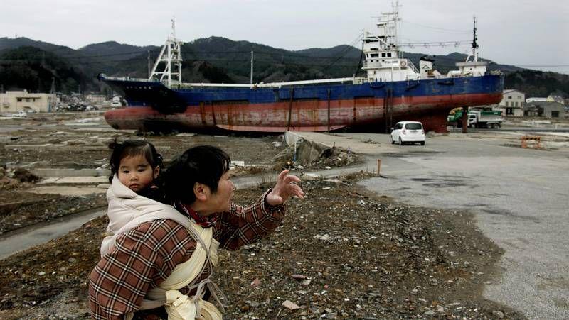 Fukushima, un año después.Una mujer camina con su hija por las ruinas de Fukushima