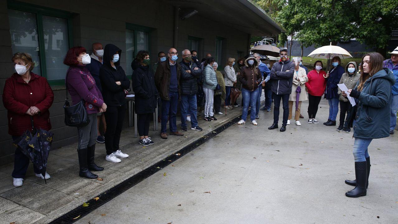 Vecinos de Palavea en una protesta contra los okupas delante del centro cívico