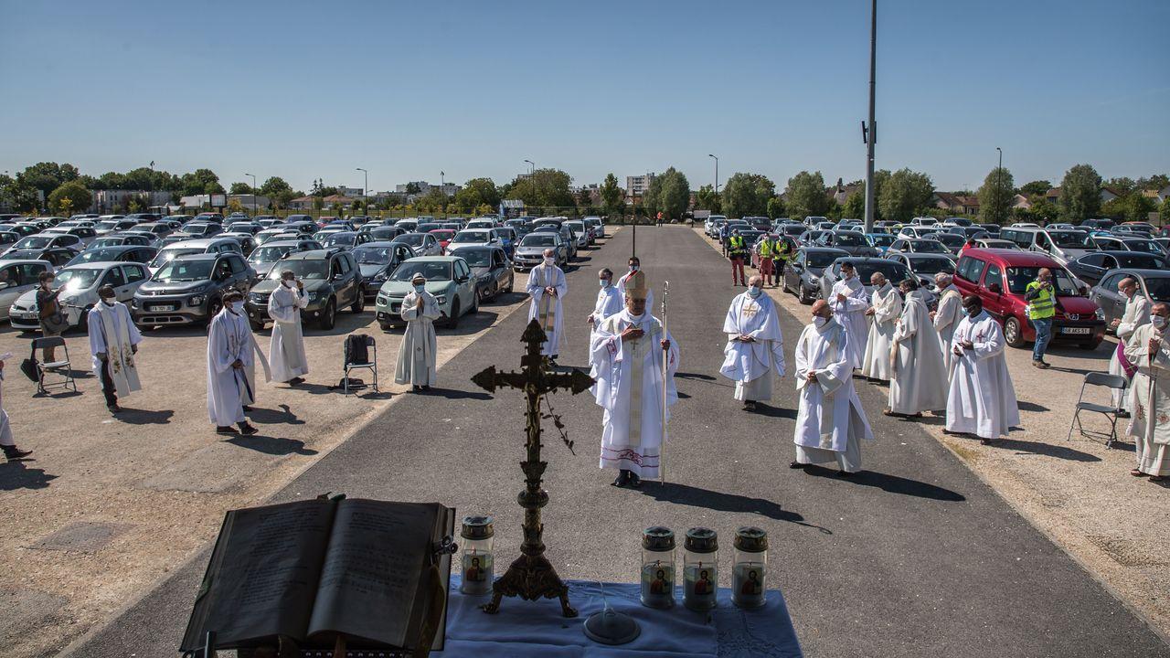 El obispo de la zona presidió los oficios este domingo
