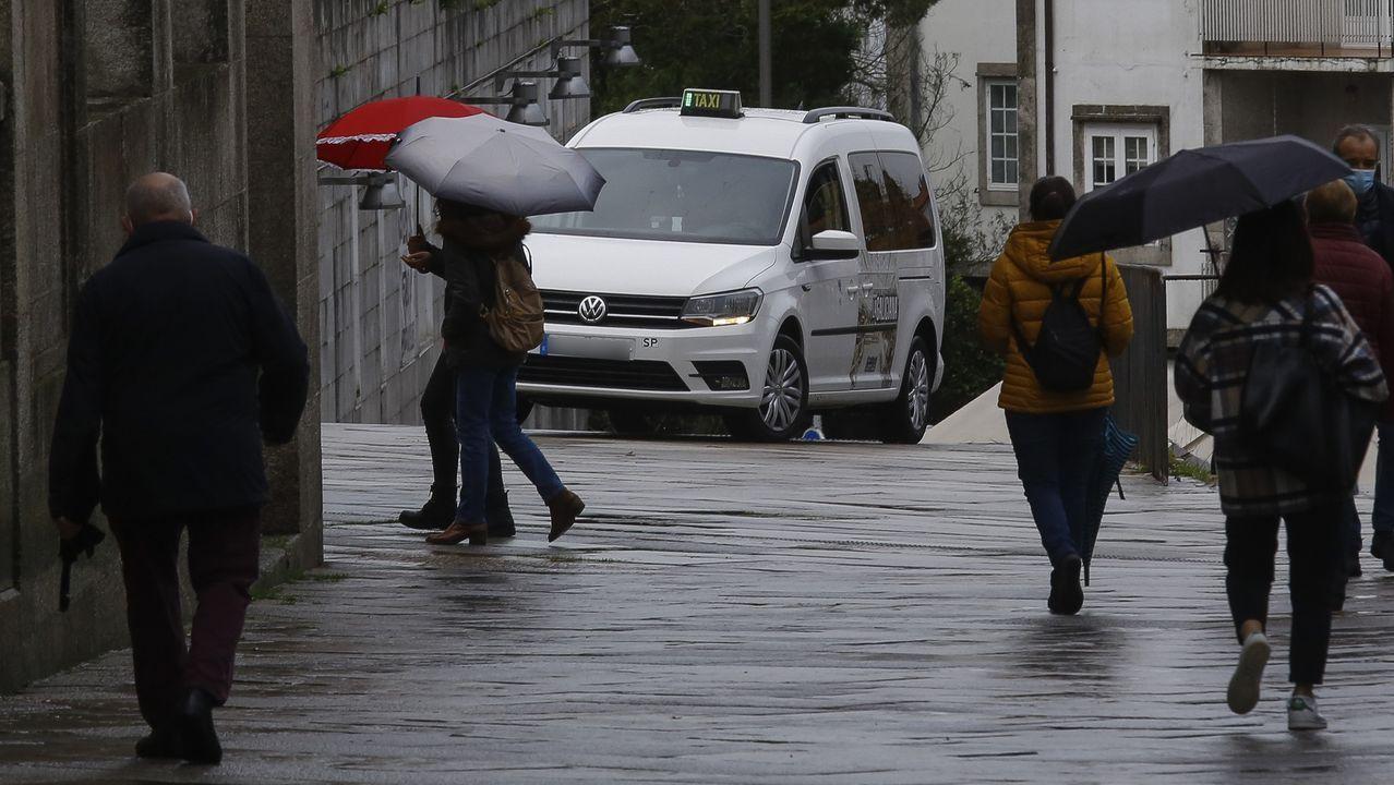 Un taxi realizando un servicio por las calles de centro de Santiago