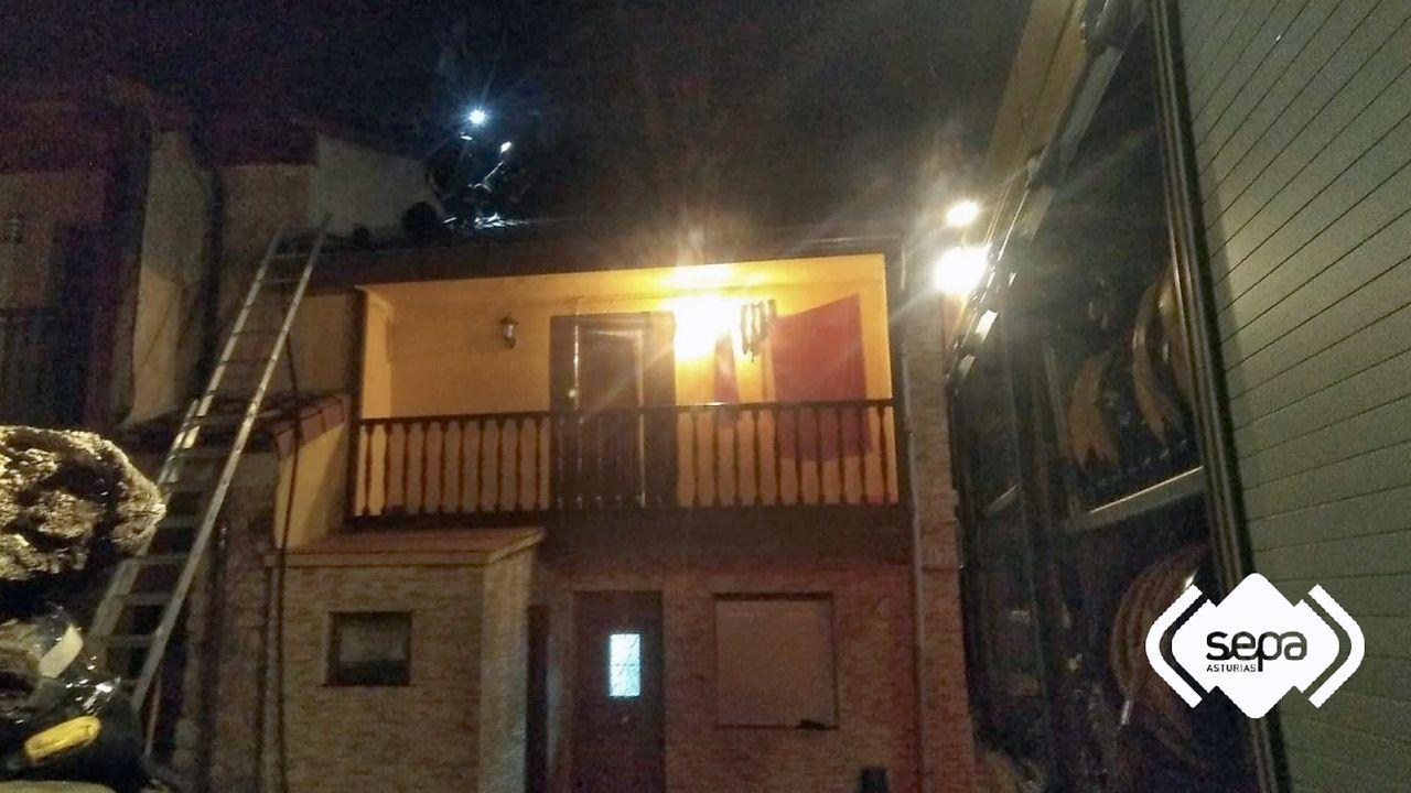 Exposición de Playmobil en Siero.Los bomberos apagan un incendio en una vivienda de Espiniella