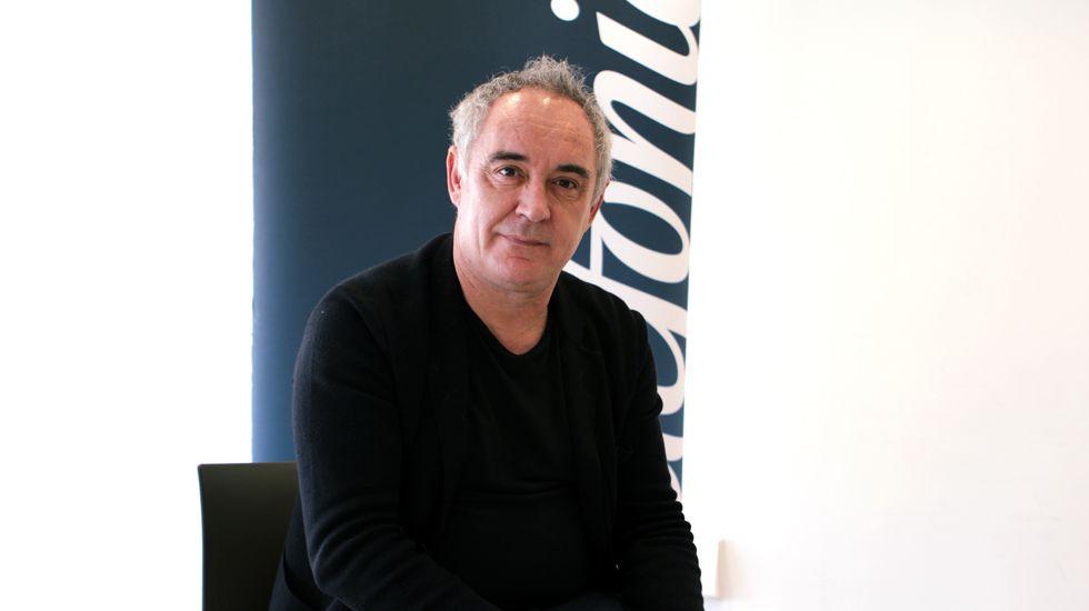 Ferran Adrià enseña sus trucos de cocina en el Niemeyer.El escritor Carlos Ruiz Zafón