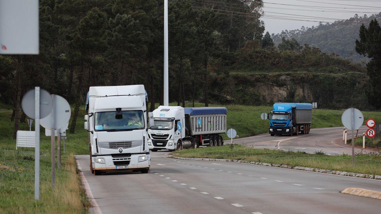 Camiones en las inmediaciones de la fábrica de Alcoa en San Cibrao