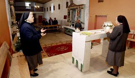 Sor María, a la izquierda, y sor Eloína, en la iglesia de Vilacampa (O Valadouro) celebrando la Palabra