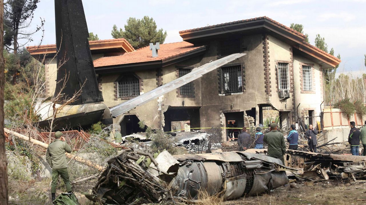Los restos del avión siniestrado cayeron sobre una vivienda