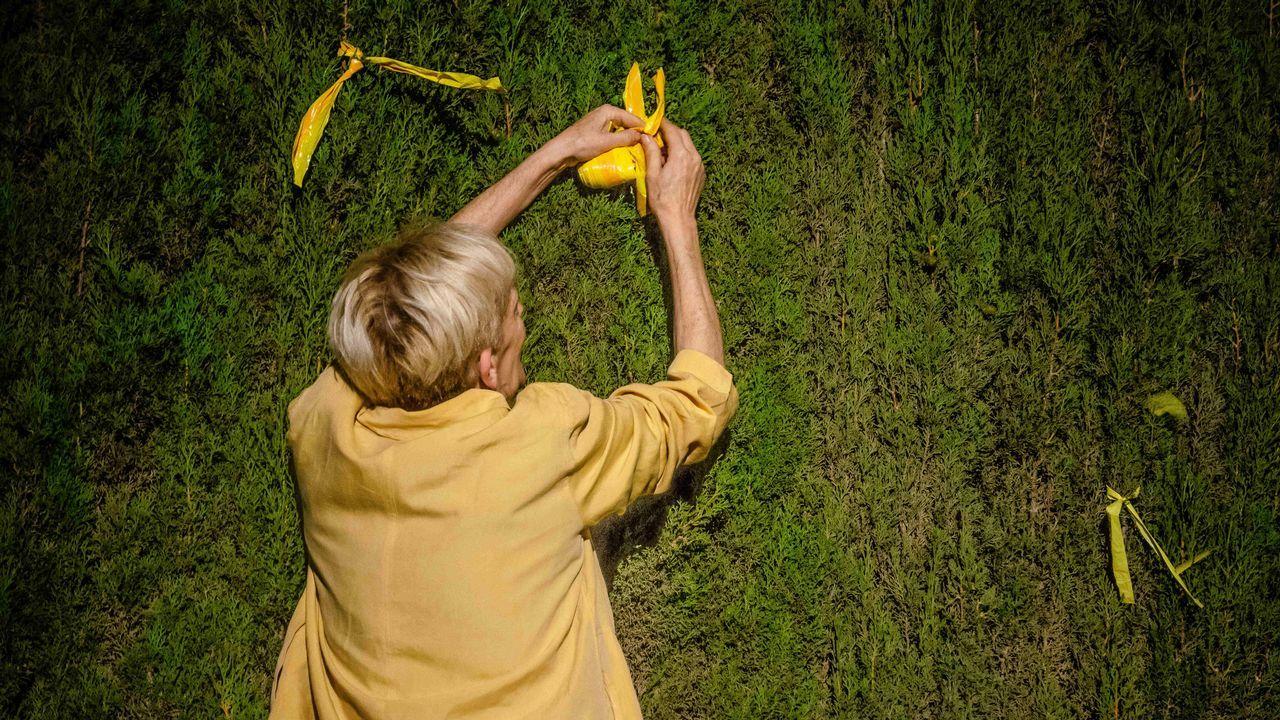 Los lazos amarillos llegan a la Fiscalía.Retirada de lazos amarillos en Cataluña