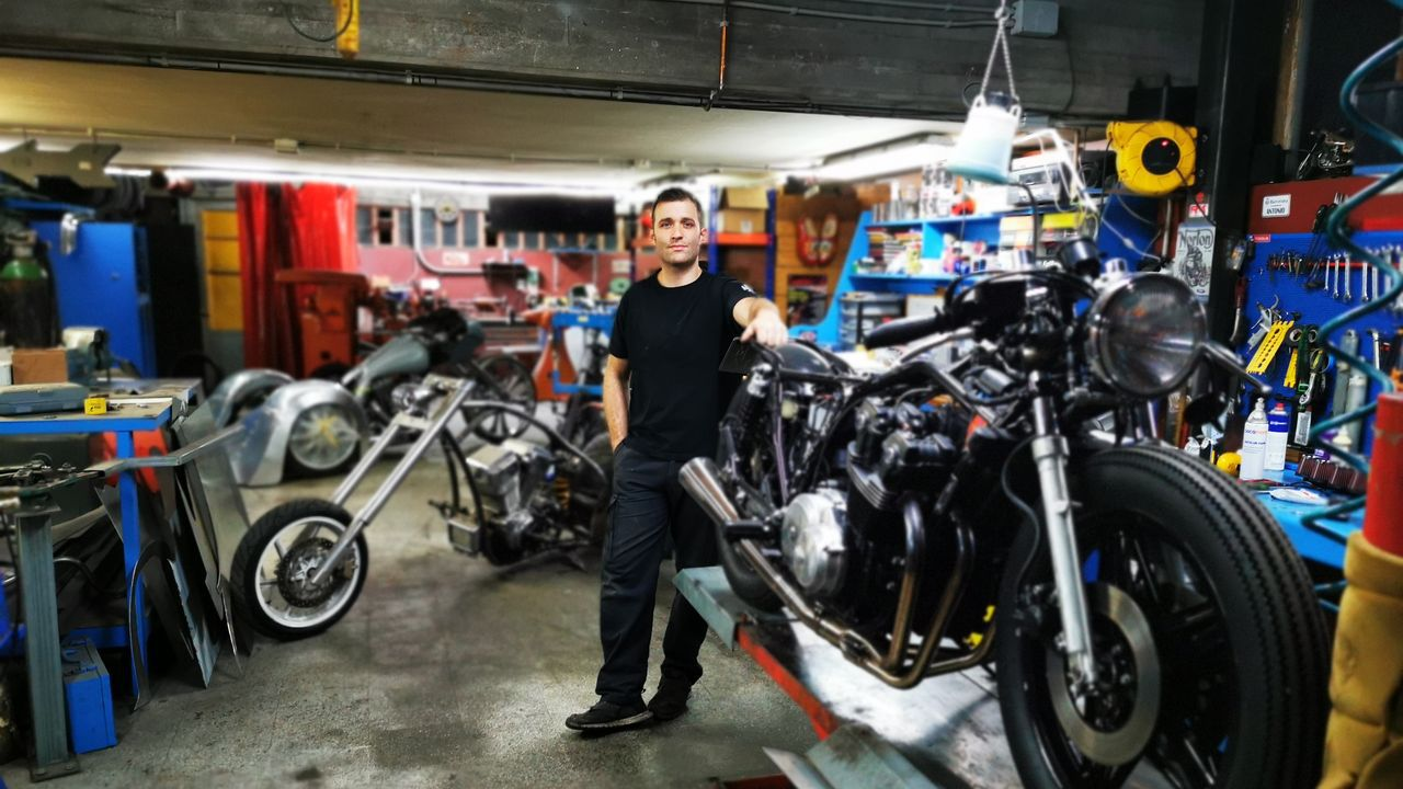 Víctor Valenzuela, con la moto eléctrica que desde el 3 de noviembre repartirá comida a domicilio