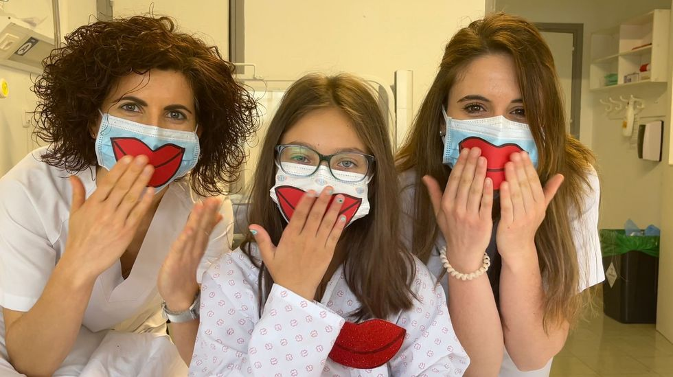 Noelia Iglesias, con dos de las sanitarias del CHUO