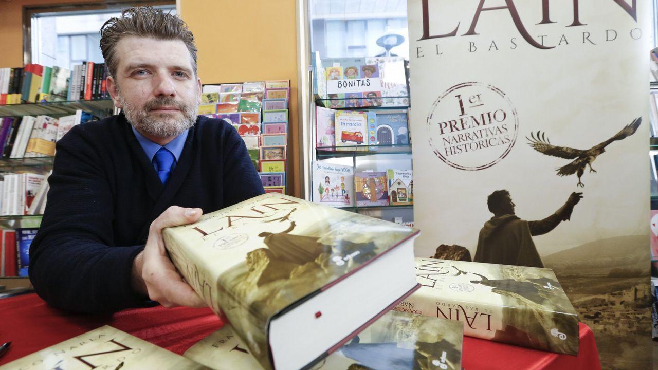 Francisco Narla durante la presentación en la librería Agrasar de su novela «Donde aúllan las colinas», publicada con anterioridad