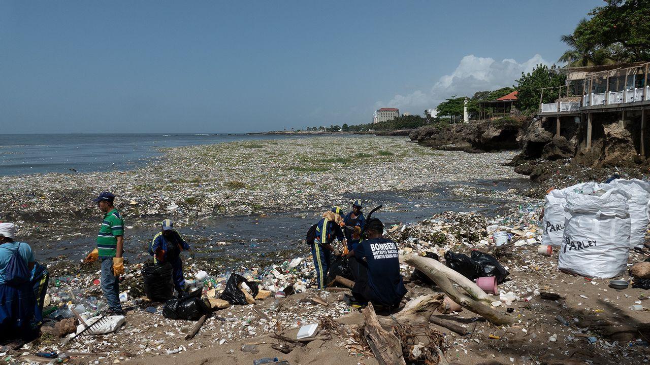 La acumulación de plásticos en el mar y en la costa es un fenómeno global, como se puede ver en esta imagen de Santo Domingo