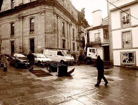 porto.La tragedia ocurrió aquí, en la praza da Fonte Seca, hace exactamente 210 años. A la derecha, portada de la Gaceta de Galicia