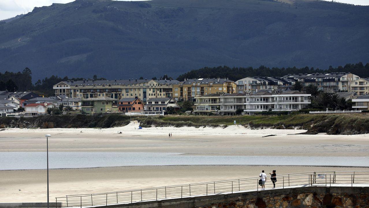 La playa barreirense de Altar, habitualmente muy concurrida de veraneantes, hace unos días, con nubes y, por eso, semivacía