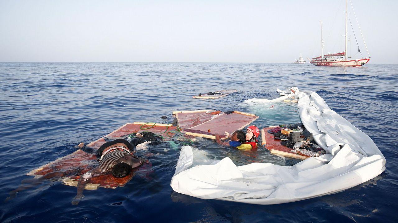 Así fue la llegada del Open Arms a Algeciras.Un miembro de Open Arms rescata a una mujer de una lancha hundida