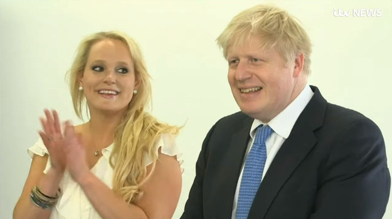 El apretón de manos entre Johnson y Corbyn se produjo tras pedírselo la presentadora del debate