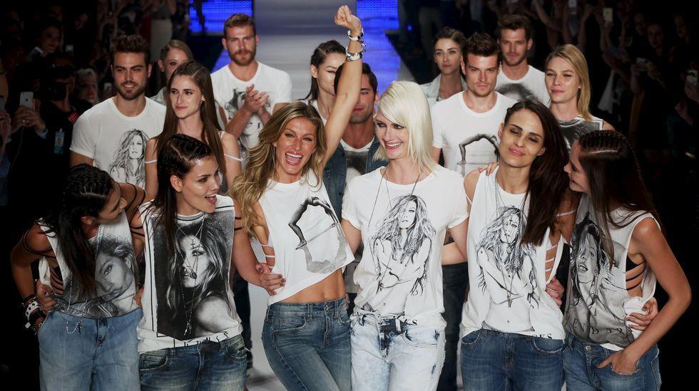 Gisele saluda emocionada en medio de otros modelos, todos con camisetas con su imagen.