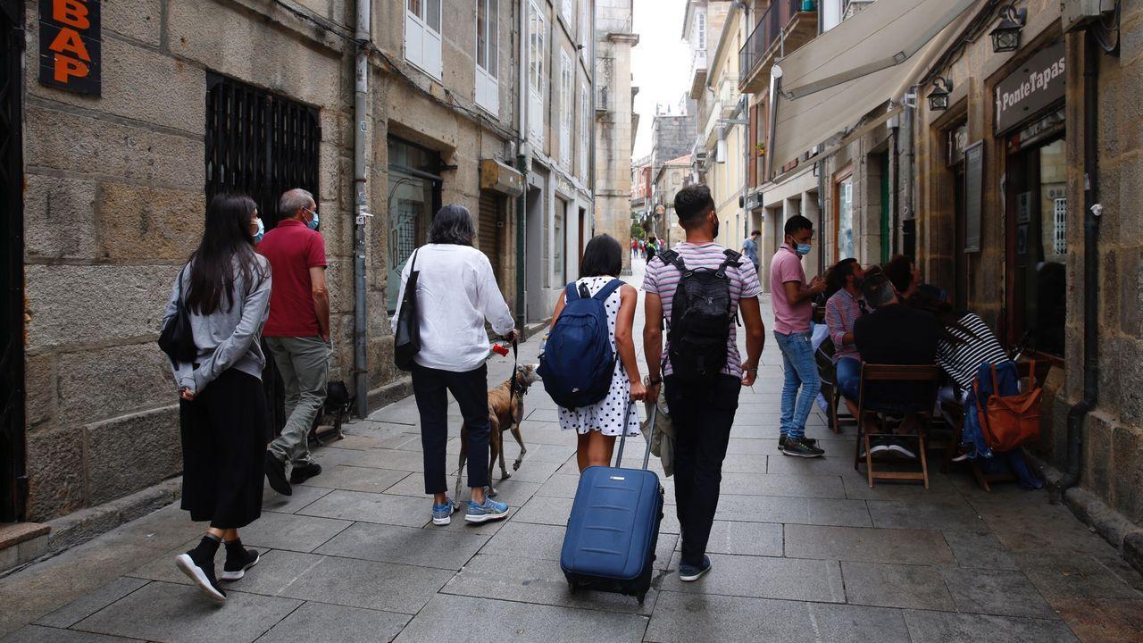 Pasan a disposición judicial los detenidos en la operación contra la fabricación ilegal de tabaco.Turistas con maletas por Pontevedra