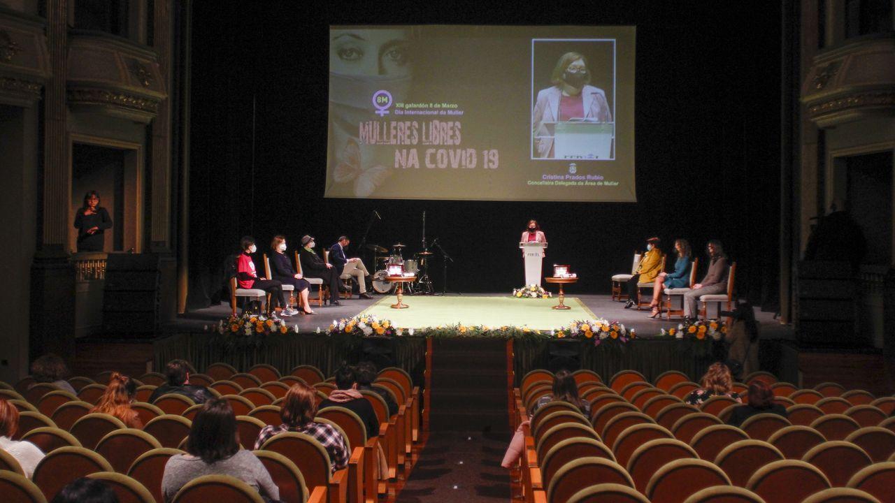 Entrega del Premio Oito de Marzo en el teatro Jofre.Corbalán leva décadas perfeccionando as técnicas de construción dos reloxos de sol