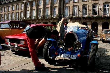 La praza do Obradoiro reunió 125 coches históricos.