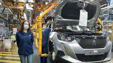 Flor Suárez, en la línea de montaje del Peugeot 2008, en la planta de Stellantis Vigo