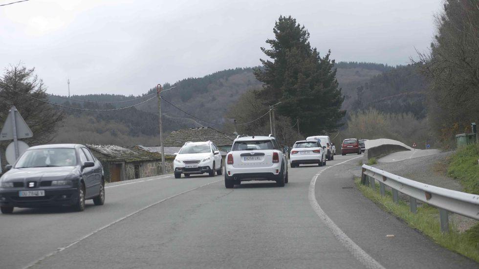 Muchos baches y muchos radares en la autovía A-52 entre Vigo y O Porriño.Un momento de tráfico intenso en la LU-546 cerca de Sarria durante el corte del corredor este martes
