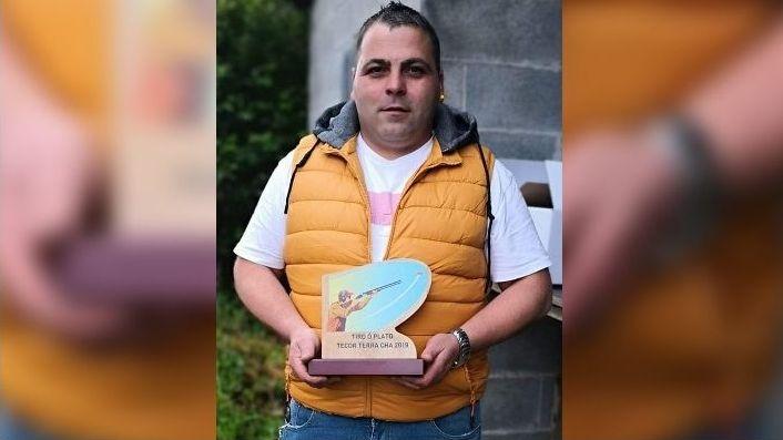Miguel Fernández Cendán, sujetando un trofeo de tiro al plato, una de sus pasiones