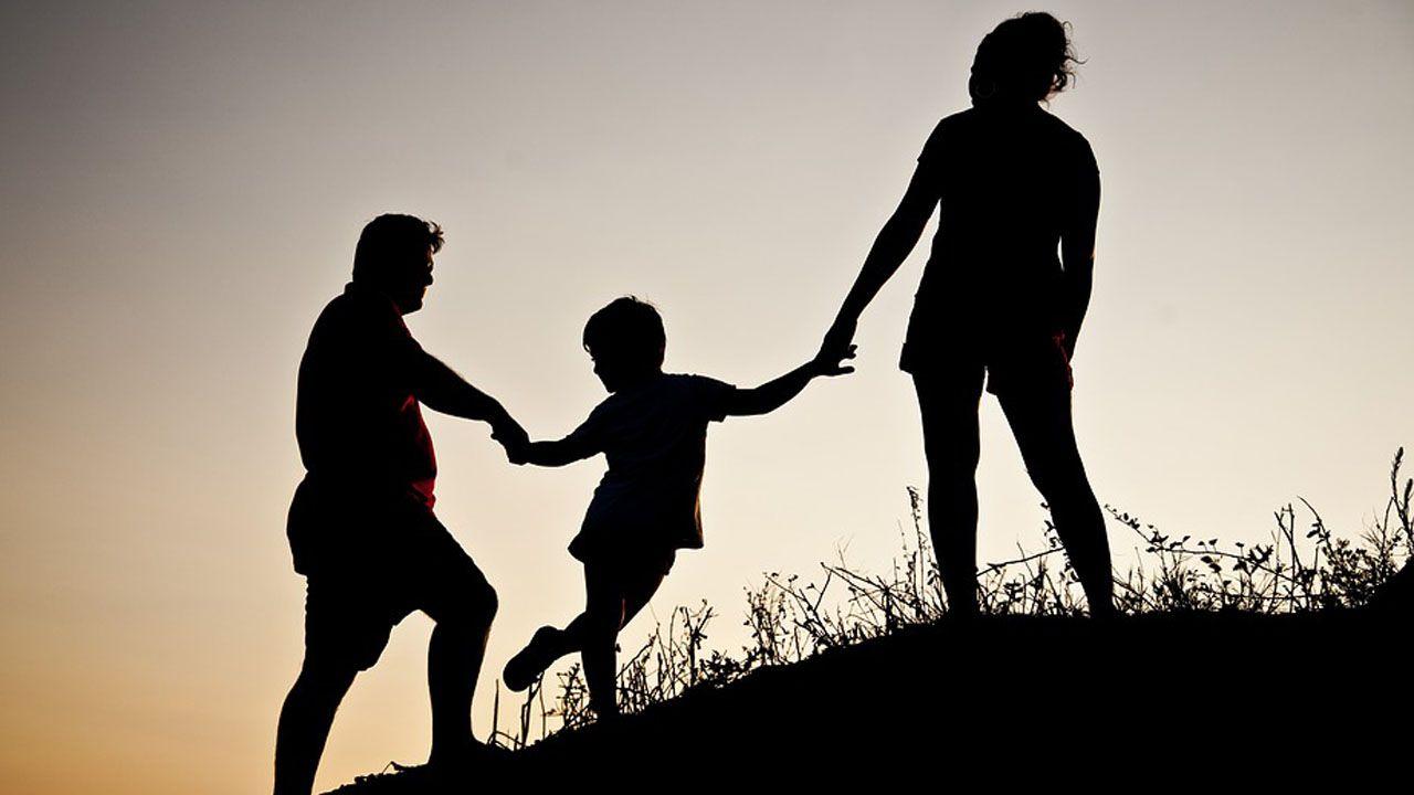 Familia adopcion hijo hija hijos padre madre adoptar.Tres trabajadores en representación de los 49 que resultaron en 2012 intoxicados por mercurio en las instalaciones de la fábrica de Asturiana de Zinc (AZSA) han iniciado una huelga de hambre
