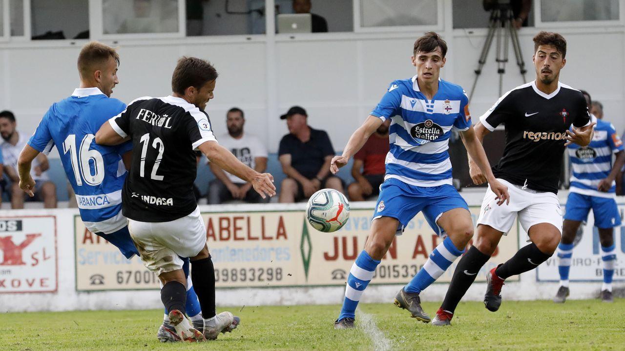 Juanjo Nieto golpea al balón con Tete Morente al lado