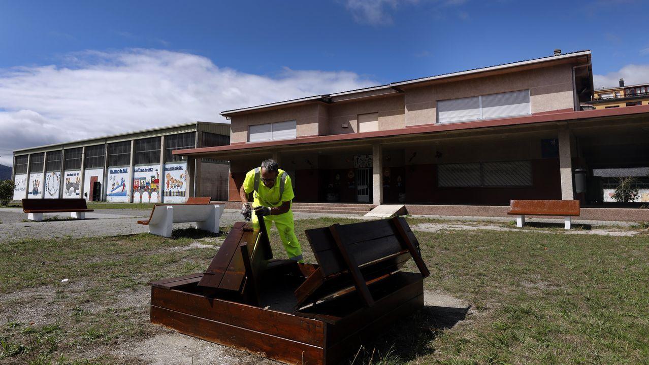 Colegios como el Lois Tobío de Viveiro, en imagen, realizan estos días tareas de mantenimiento