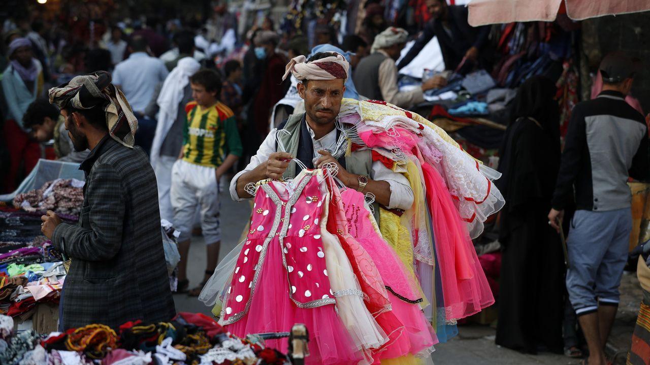 Lunes de escuela, parque de atracciones ycoronavirus.Numerosos yemeníes se acercaron el jueves al mercadillo del casco viejo de Saná