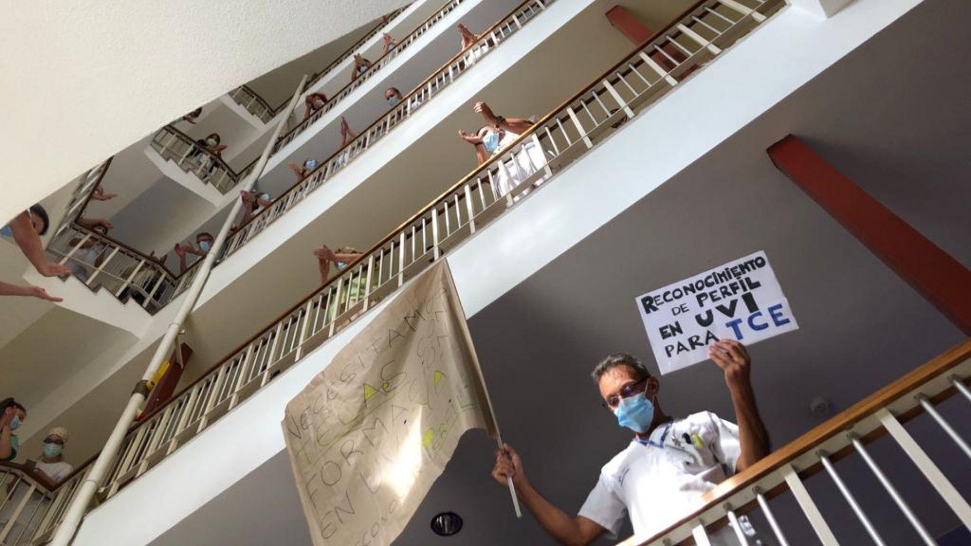 La protesta de los trabajadores del hospital de Cabueñes.Efectivos de la Unidad Militar de Emergencias UME, durante las labores de desinfección del hospital de Cabueñes de Gijón realizadas durante la primera ola de la pandemia. ARCHIVO