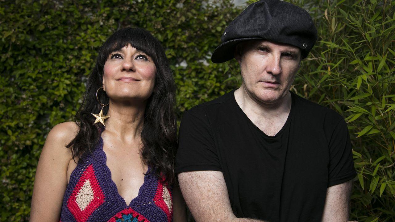 Kely Garcia y Rubén Reinaldo, frente al centro de música moderna de Ponteareas