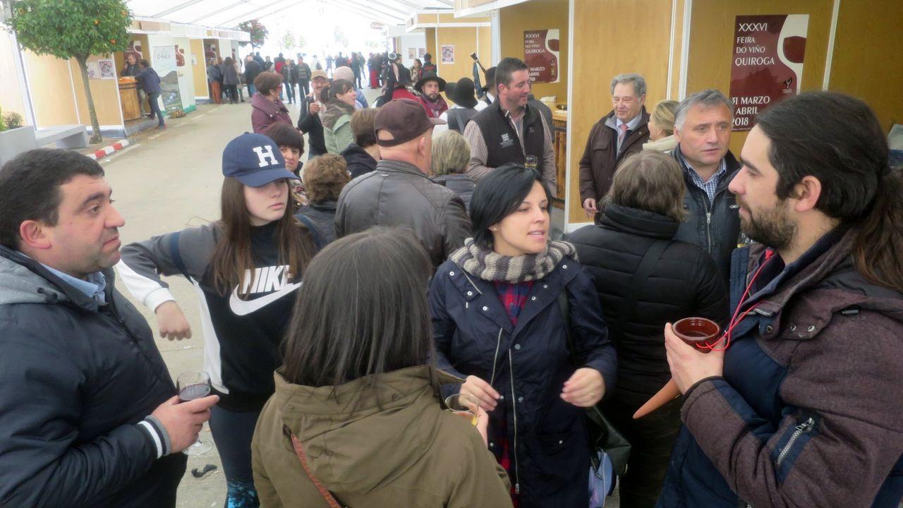 Visitantes de los puestos de venta de vino en la edición del 2018 de la Feira do Viño de Quiroga