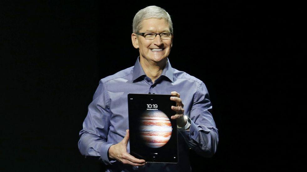 Tim Cook, máximo responsable Apple, con el nuevo iPad Pro.