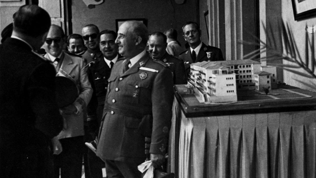 El Tribunal Supremo avala la exhumación de Franco del Valle de los Caídos.Amenábar, con actores de «Mientras dure la guerra» en San Sebastián