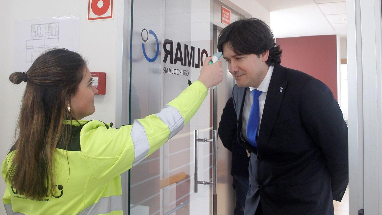 El consejero de Ciencia, Innovación y Universidad del Principado de Asturias, Borja Sánchez, se somete a un control de su temperatura corporal al entrar a la empresa Olmar