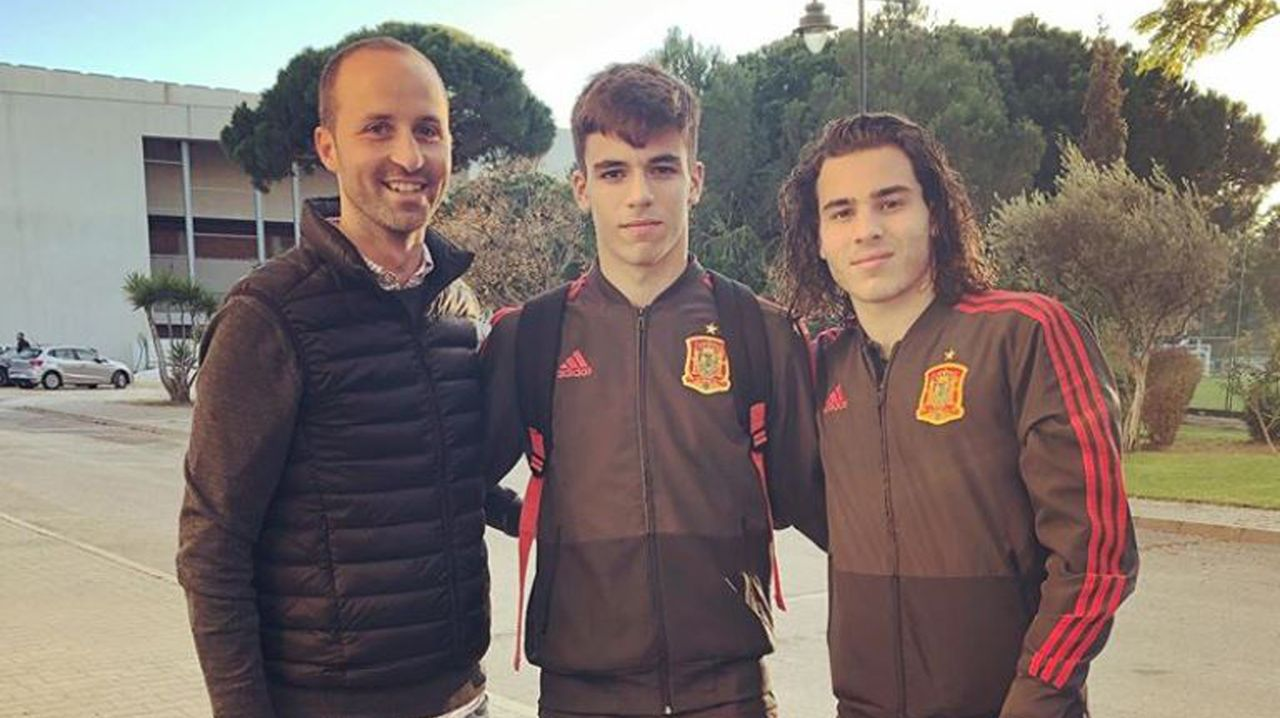 Gabri (centro) y Miguel, con el técnico del Celta Álex Otero