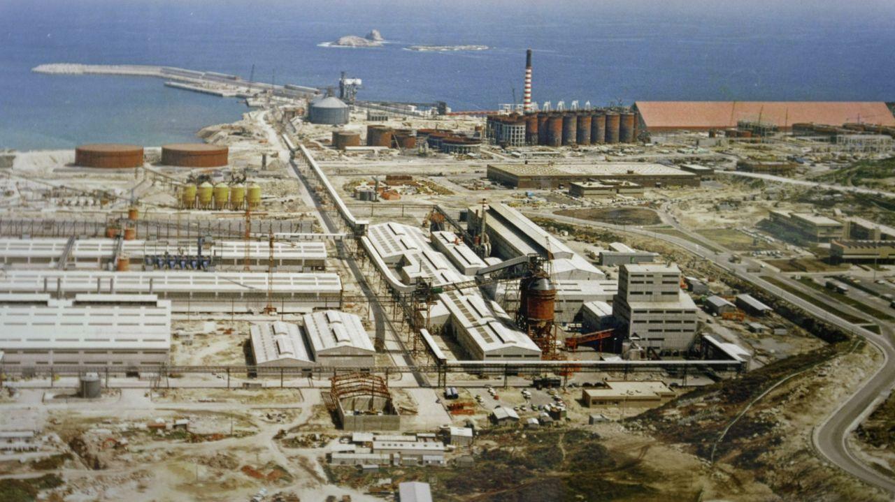 Vista de la fábrica de Alúmina Aluminio en San Cibrao, durante la etapa de construcción del complejo