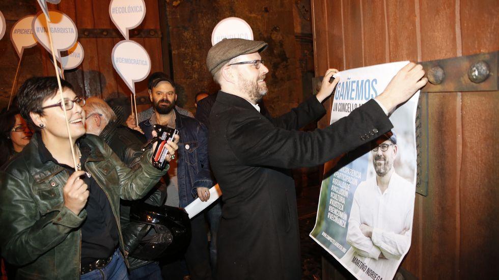 La pegada de carteles de Compostela Aberta en Santiago