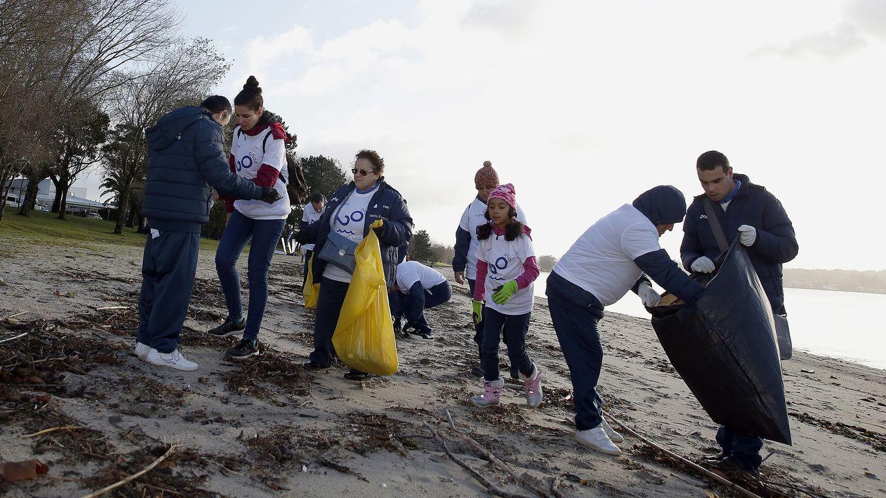 Accidente en la autovía de Barbanza en Ribeira.Jealsa impulsa iniciativas de recogida de residuos en playas, como esta realizada conjuntamente con Ecomar en noviembre del año pasado