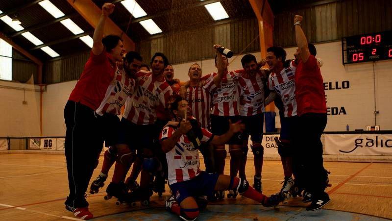 La plantilla del Patín Cerceda y el cuadro técnico festejaron el ascenso con su publico del pabellón González Laxe.