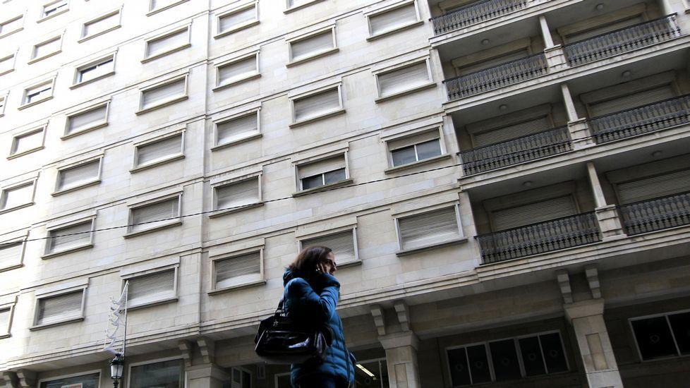 Representantes de Os Ninguéns, PAH, RSC, Federación Veciñal Eduardo Chao, Marea y BNG se concentraron ayer ante los juzgados.