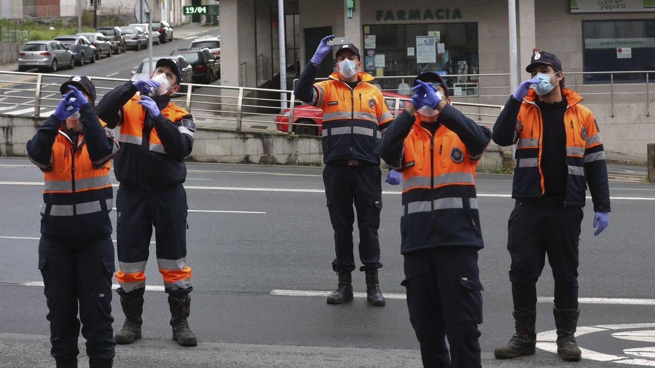 Una fuerte granizada provoca numerosos problemas de tráfico en Santiago.Voluntarios de la agrupación de Protección Civil de Santiago felicitan el cumpleaños a un niño durante el confinamiento por la pandemia del coronavirus