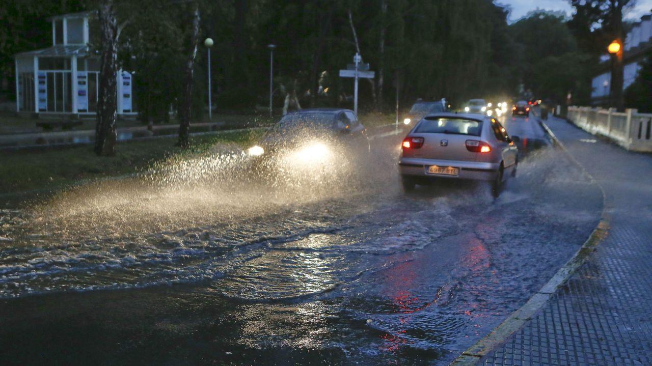 Acumulación de agua de lluvia en la calle Irmandiños