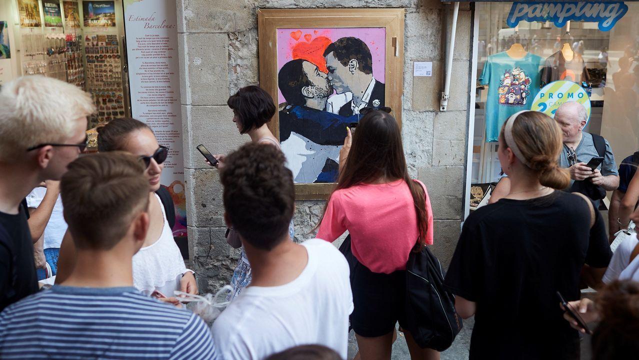El artista urbano TVBoy plasmó en el centro de Barcelona su visión del debate con una pintura de un apasionado beso entre Sánchez e Iglesias
