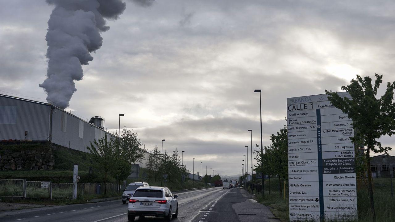 Primer día de terrazas en Ourense.La actividad en los polígonos industriales ha caído drásticamente