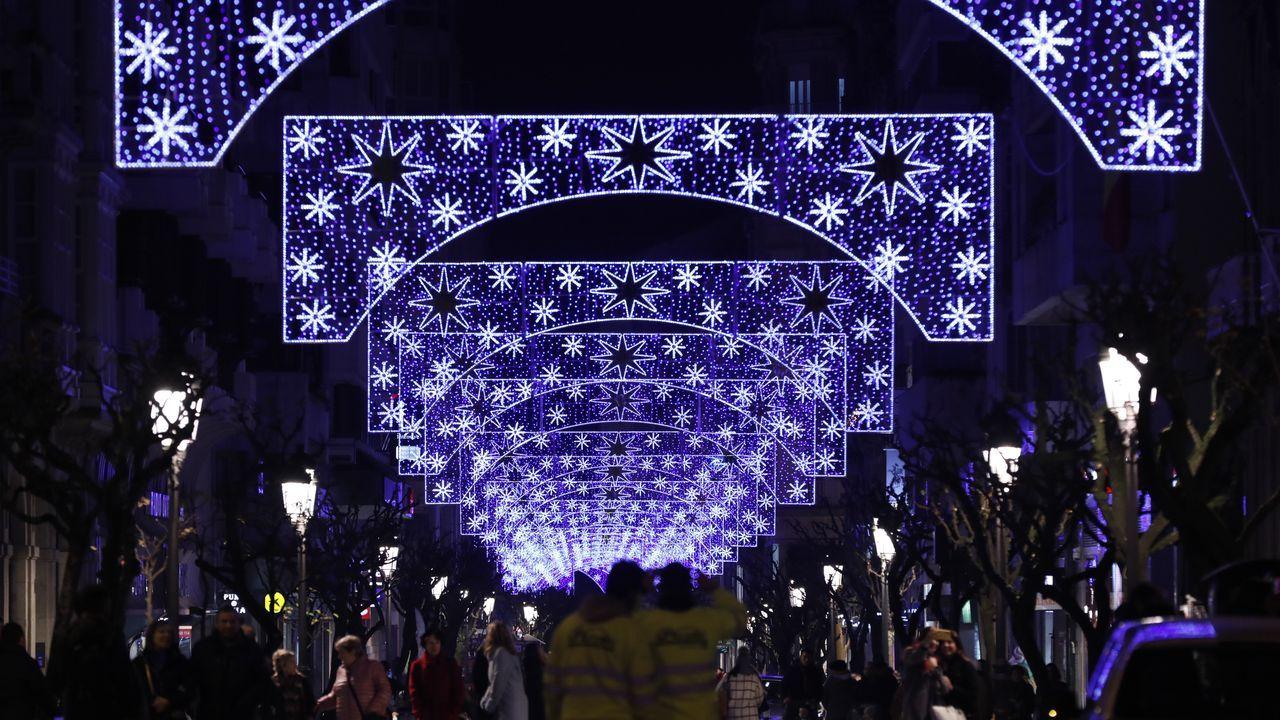LUCES DE NAVIDAD EN OURENSE.En la ciudad, el alumbrado navideño se encendió en la víspera del puente de la Constitución