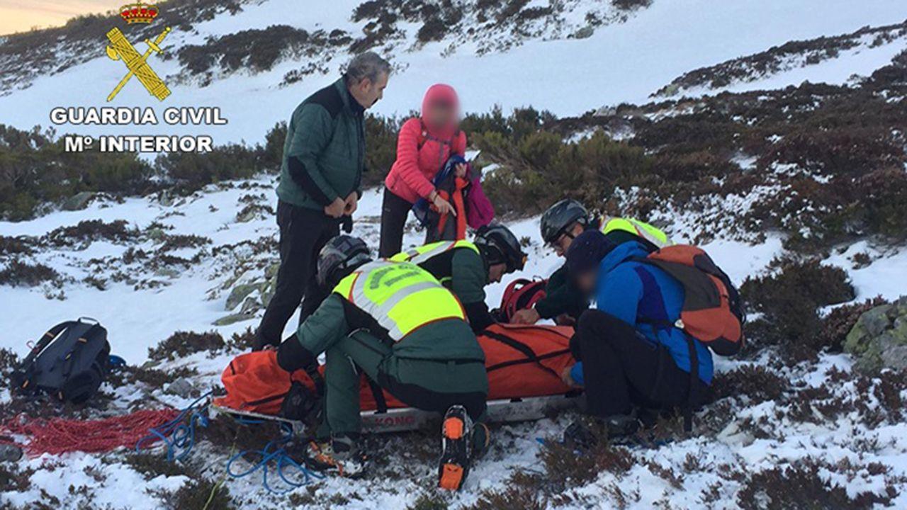 Rescatada una mujer tras caer por una pendiente helada de 50 metros en la estación de San Isidro (León)