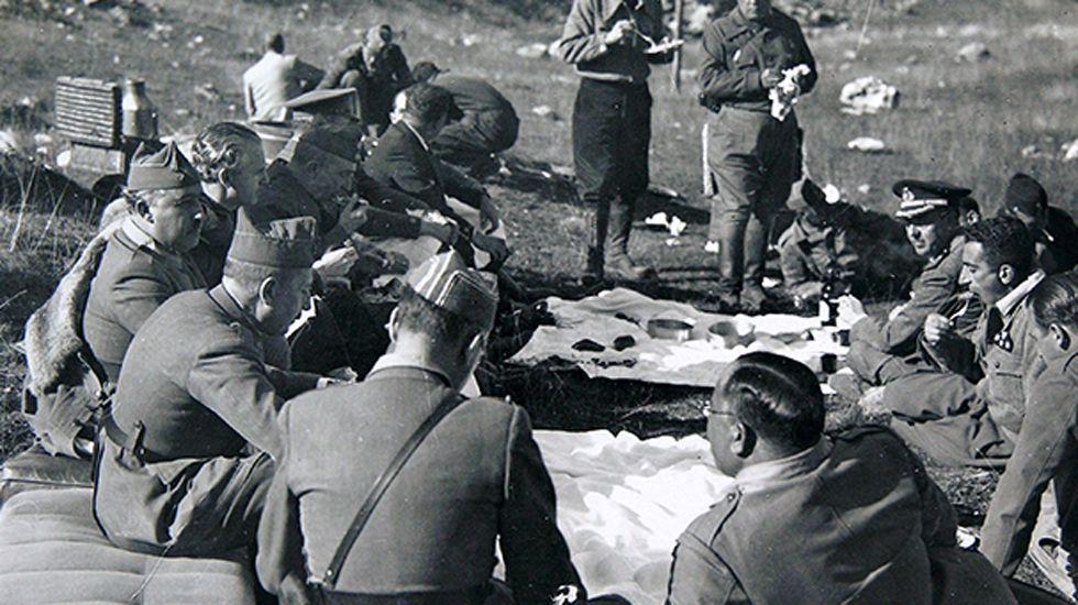 Las inéditas estampas asturianas de la Guerra Civil.Presentación de las patatas fritas Deba